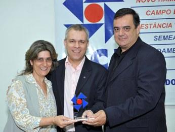 De Zotti Comunicações sendo homenageada pela ACI pelos 25 anos de atividades jornalísticas - 2012