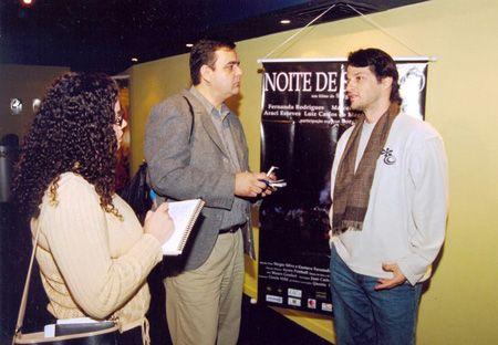 De Zotti e a colega Aline de Melo Pires, entrevistando o ator da Globo, Marcelo Serrado