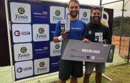 Radomsky comemora o título do Super Tênis RS em Caxias do Sul