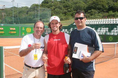 Maurício Ronaldo, o tenista Ricardo Mello e De Zotti, no torneio em Santa Catarina
