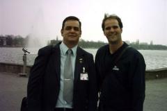 De Zotti e o colega jornalista Martin Behrend, em Hannover, na Alemanha