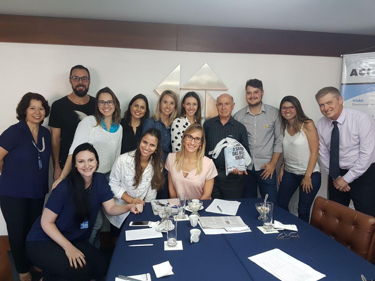 Jovens empreendedores reunidos com o empresário Ernani Reuter